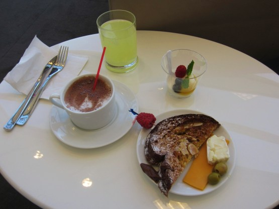 dulles-air-france-lounge-breakfast-emirates